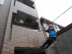 外壁タイルの高圧洗浄中
